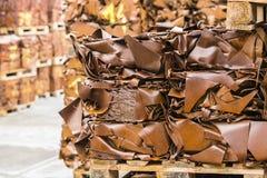 Samengeperste stukken van schroot op houten horizontale pallets - Stock Foto's
