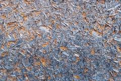 Samengeperste zaagselraad in blauwe verf als achtergrond royalty-vrije stock foto's