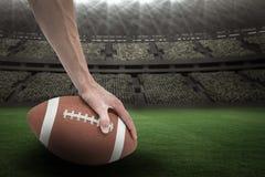 Samengesteld beeld 3D van Amerikaanse voetbalster die de bal plaatsen Stock Afbeeldingen