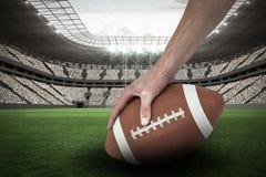Samengesteld beeld 3D van bebouwd beeld die van Amerikaanse voetbalster de bal plaatsen Stock Foto's