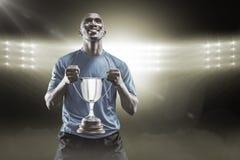 Samengesteld beeld 3D van de gelukkige trofee die van de atletenholding omhoog eruit zien Stock Afbeeldingen