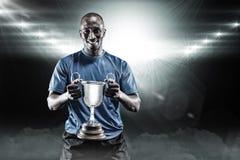 Samengesteld beeld 3D van portret van de gelukkige trofee van de atletenholding Stock Afbeelding