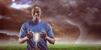 Samengesteld beeld 3D van portret van de gelukkige trofee van de atletenholding Stock Afbeeldingen