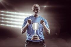 Samengesteld beeld 3D van portret van de gelukkige trofee van de sportmanholding Royalty-vrije Stock Foto's