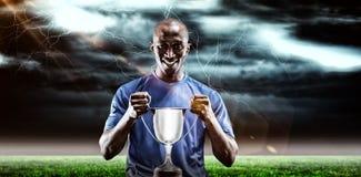 Samengesteld beeld 3D van portret van de gelukkige trofee van de sportmanholding Stock Afbeeldingen