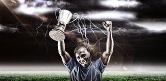 Samengesteld beeld 3D van portret van gelukkige sportman die terwijl het houden van trofee toejuichen Stock Afbeelding