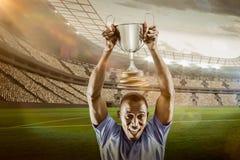 Samengesteld beeld 3D van portret van het gelukkige atleet toejuichen terwijl het houden van trofee Stock Foto