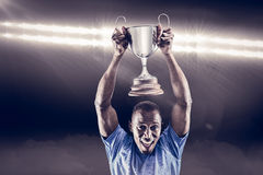 Samengesteld beeld 3D van portret van het gelukkige atleet toejuichen terwijl het houden van trofee Stock Afbeelding