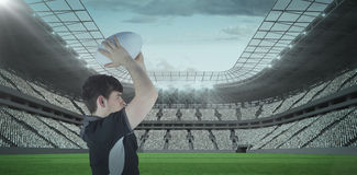 Samengesteld beeld 3D van profielmening van rugbyspeler die een bal werpen Stock Afbeelding