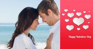 Samengesteld beeld die van aantrekkelijk paar op het strand omhelzen Royalty-vrije Stock Afbeelding