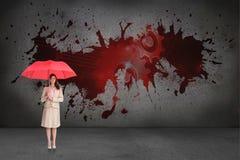 Samengesteld beeld die van aantrekkelijke onderneemster rode paraplu houden Royalty-vrije Stock Foto