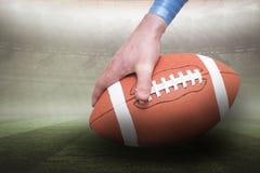 Samengesteld beeld die van Amerikaanse voetbalster de 3D bal plaatsen Royalty-vrije Stock Afbeelding