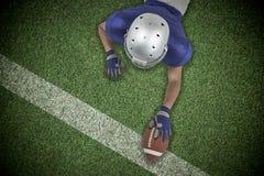Samengesteld beeld die van Amerikaanse voetbalster naar bal bereiken Stock Foto