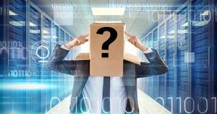 Samengesteld beeld die van anonieme zakenman aan doos richten Stock Afbeelding