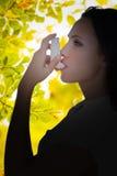 Samengesteld beeld die van astmatisch brunette haar inhaleertoestel met behulp van royalty-vrije stock fotografie