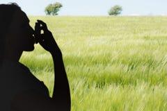 Samengesteld beeld die van astmatisch brunette haar inhaleertoestel met behulp van royalty-vrije stock foto