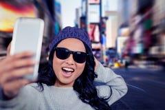 Samengesteld beeld die van Aziatische vrouw selfie nemen stock foto