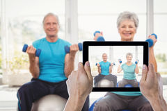 Samengesteld beeld die van bebouwde hand digitale tablet houden Royalty-vrije Stock Afbeeldingen