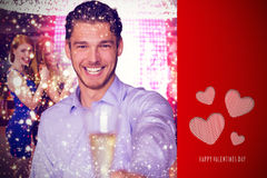 Samengesteld beeld die van de mens champagne aanbieden Stock Foto