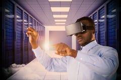 Samengesteld beeld die van de mens terwijl het gebruiken van virtuele werkelijkheidshoofdtelefoon richten Stock Afbeeldingen