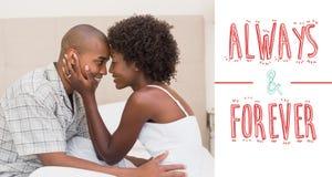 Samengesteld beeld die van gelukkig paar affectie op bed tonen Royalty-vrije Stock Foto