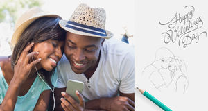 Samengesteld beeld die van gelukkig paar in tuin liggen die samen aan muziek luisteren Royalty-vrije Stock Fotografie