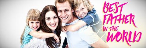 Samengesteld beeld die van gelukkige ouder op de rug aan hun childs geven stock fotografie