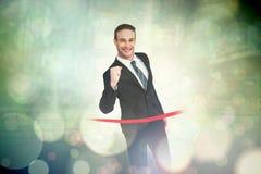 Samengesteld beeld die van gelukkige zakenman de afwerkingslijn kruisen Royalty-vrije Stock Afbeeldingen