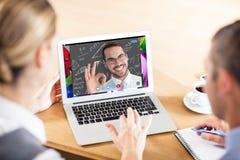 Samengesteld beeld die van gelukkige zakenman o.k. gebaar maken Stock Foto