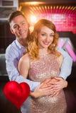 Samengesteld beeld die van glimlachend paar elkaar in 3d bar omhelzen Stock Foto