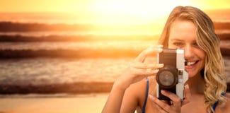 Samengesteld beeld die van glimlachende vrouw beeld nemen stock foto