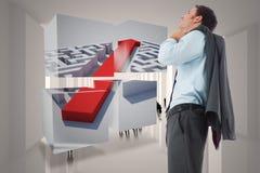 Samengesteld beeld die van glimlachende zakenman zijn jasje houden Stock Afbeelding