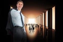 Samengesteld beeld die van glimlachende zakenman zijn jasje houden Royalty-vrije Stock Afbeelding
