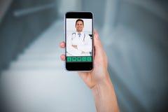 Samengesteld beeld die van hand mobiele telefoon houden tegen witte achtergrond Stock Fotografie