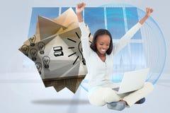 Samengesteld beeld die van jonge vrouw terwijl op de vloer met haar laptop uitrekken zich Royalty-vrije Stock Fotografie