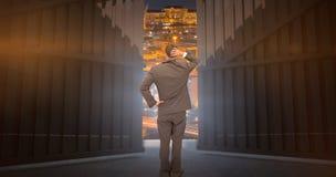 Samengesteld beeld die van jonge zakenman zich terug naar camera bevinden die zijn 3d hoofd krassen Stock Fotografie