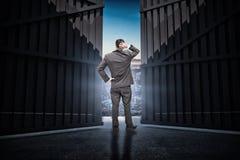 Samengesteld beeld die van jonge zakenman zich terug naar camera bevinden die zijn 3d hoofd krassen Stock Afbeeldingen