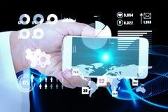 Samengesteld beeld die van mannelijke arts slimme telefoon met het lege 3d scherm houden Royalty-vrije Stock Fotografie