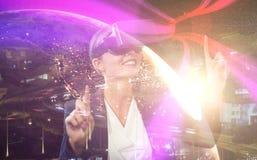 Samengesteld beeld die van onderneemster virtuele glazen op een witte achtergrond houden Royalty-vrije Stock Foto