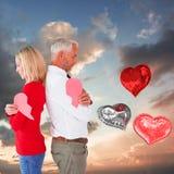 Samengesteld beeld die van paar de twee helften van gebroken hart houden Stock Foto's