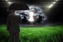 Samengesteld beeld die van rijpe zakenman een paraplu houden Royalty-vrije Stock Foto
