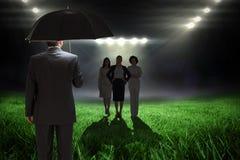 Samengesteld beeld die van rijpe zakenman een paraplu houden Royalty-vrije Stock Fotografie