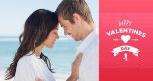 Samengesteld beeld die van romantisch paar en op het strand ontspannen omhelzen Royalty-vrije Stock Fotografie