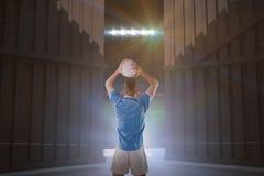 Samengesteld beeld die van rugbyspeler een rugbybal 3D houden Royalty-vrije Stock Fotografie