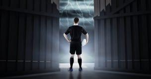 Samengesteld beeld die van rugbyspeler een rugbybal 3D houden Stock Fotografie