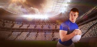 Samengesteld beeld die van rugbyspeler met de 3D rugbybal lopen Stock Afbeelding