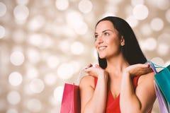 Samengesteld beeld die van vrouw zich met het winkelen zakken bevinden Royalty-vrije Stock Afbeeldingen