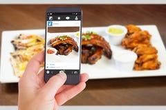Samengesteld beeld die van vrouwelijke hand een smartphone houden stock foto