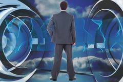 Samengesteld beeld die van zakenman zich met hand op heup bevinden Royalty-vrije Stock Fotografie