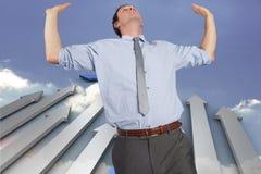 Samengesteld beeld die van zakenman zich met omhoog handen bevinden Stock Foto's